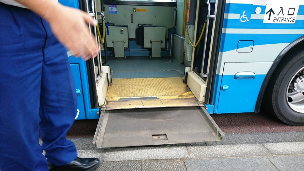 車椅子ユーザーがバスに乗るときってどうするの?